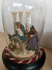 Weihnachtskrippe unter Glasglocke
