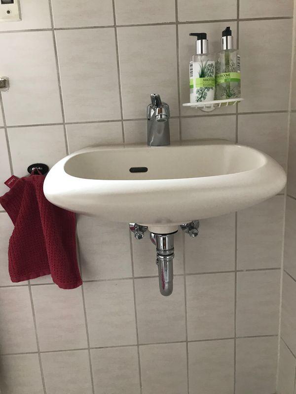 Waschtisch mit Armatur