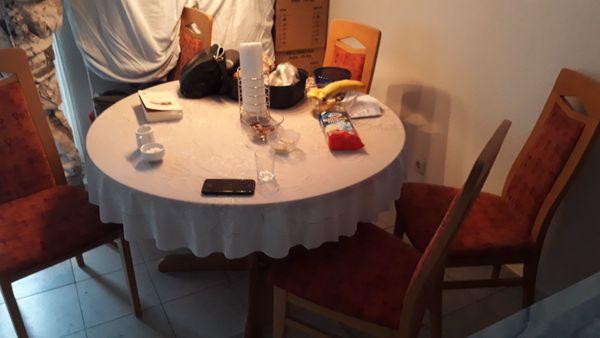 Küche Esstisch mit Stühle Kleiderschrank