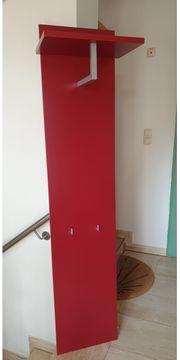 kleine rote stylische Garderobe