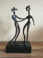 Moderne Bronzefigur auf Mamorsockel - signiert -