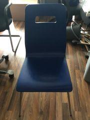 Ein blauer schöner Stuhl mit