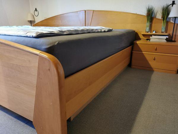Schrank und Bett Schlafzimmer