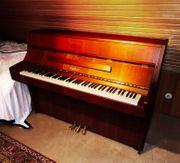Klavier der Marke Kawai aus