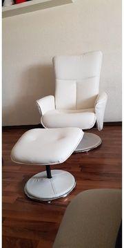 Bequemer Sessel mit Fußhocker