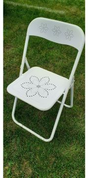 weißer Klappstuhl mit Blumenmuster