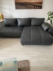 Große Couch mit Schlaffunktion