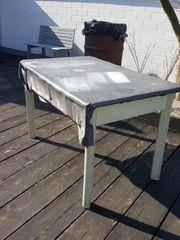 Schöner alter antiker Holztisch mit