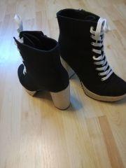 Schwarze High Heels mit dickem