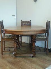 Tisch mit 4 Stühlen und