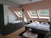 Schlafzimmer mit Bett Schrank Kommode