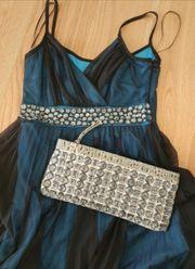 schickes Kleid mit passender Handtasche