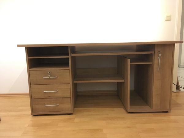 großer Schreibtisch mit Schubladen und