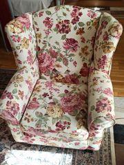 Schöne Sessel und Hocker wie