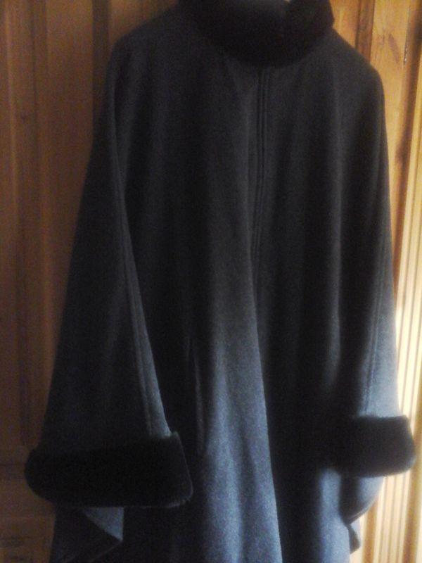 Poncho mit Kunstpelzbesatz - Schwabach - Poncho mit Kunstpelzbesatz an Armen und Kragen und vorne Reißverschluss, hält schön warm, zu verkaufen. - Schwabach