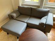 Sofa mit Polsterhocker grau