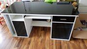 Moderner schöner Schreibtisch mit Glasplatte