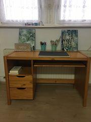 Schreibtisch aus Holz mit Drehstuhl