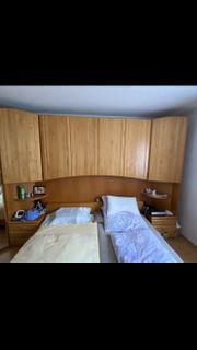 Schlafzimmerbett mit Überschrank