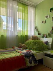 Bett Nachttisch Lampe und Gardinen