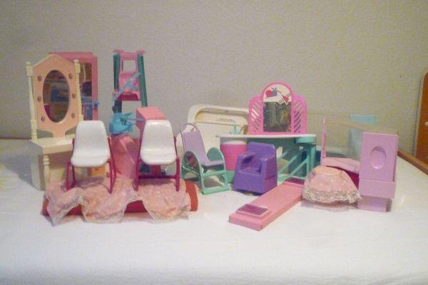 8 Barbie-Puppen und vielZubehör
