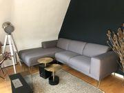 Couch in Grau mit Ottomane