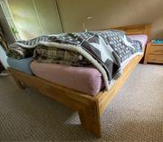 Rustikales Bett aus Echtholz