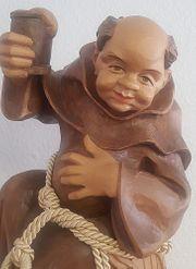lustiger Mönch auf Fass sitzend