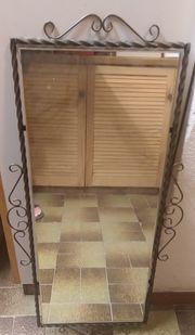 Spiegel mit schönem gearbeitetem Gusseisenrahmen