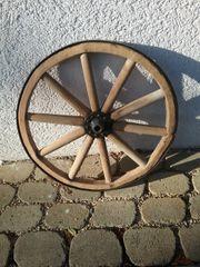 1 kleines Holzwagenrad mit Eisenbeschlag