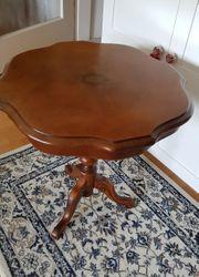 Schöner alte Beistelltisch aus Holz