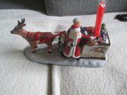 Weihnachtsmann mit Schlitten und Rentier