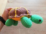 Einsame Schildkröte gehäkelt sucht ein