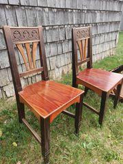 Antike Stühle mit Tisch