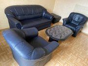 Ledercouch mit zwei Sessel Hocker