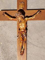 Schönes Holzkreuz mit leidendem Heiland