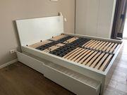 Weißes IKEA-Bett