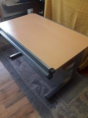 Schreibtisch mit höhenverstellbarer und neigbarer