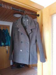 grauer kurzer Mantel