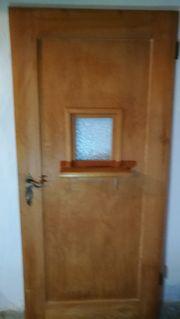 Seltene Holztüre mit Fenster zum