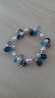 Armband mit Perlen und Glastropfen