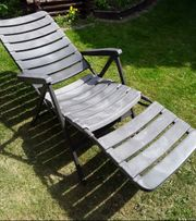 Gartenliege und Stühle