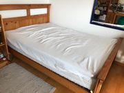Bett aus Holz mit Lattenrost