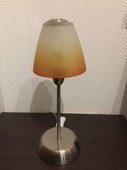 Nachttisch-Lampe mit farbigen Lampenschirm aus