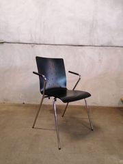 schwarzer Stuhl mit Armlehnen