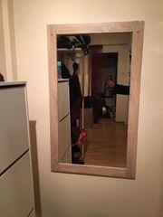 Garderobe und großer Spiegel zu