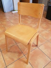 gut erhaltene Holzstühle