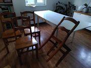 Tisch und vier Stühle zu