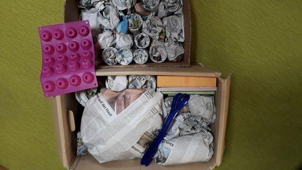 Kiste mit Flohmarktartikeln Gläser und
