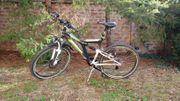 Herrenfahrrad - Jugendfahrrad - Fahrrad - Wohnung - Tisch -
